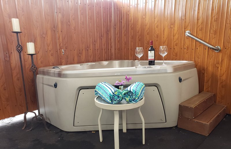 ESCAPE WITH PRIVATE JACUZZI R&R VACATIONAL, vacation rental in Miramar