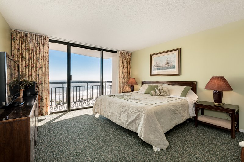 Gorgeous beach view condo on 10th floor w/ shared pool, sauna & fitness room!, casa vacanza a Galveston