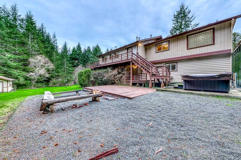 Newly-updated home w/ a private hot tub & firepit - close to beaches & Redwoods, vacation rental in Trinidad