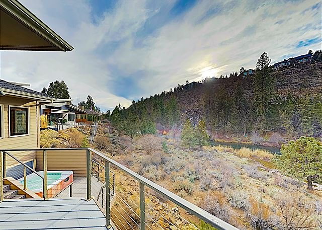 New Listing! Gated Riverfront Home at River Glen w/ Hot Tub & Trail to Water, holiday rental in Tumalo