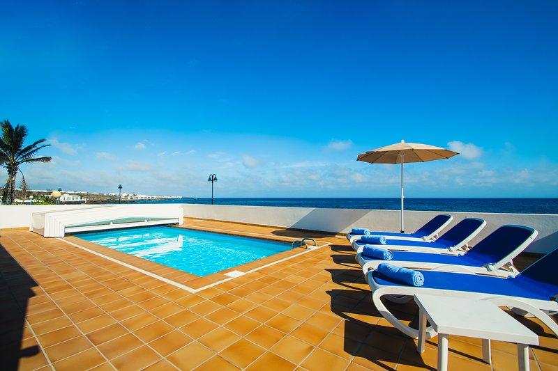 Vista sulla piscina e sul mare