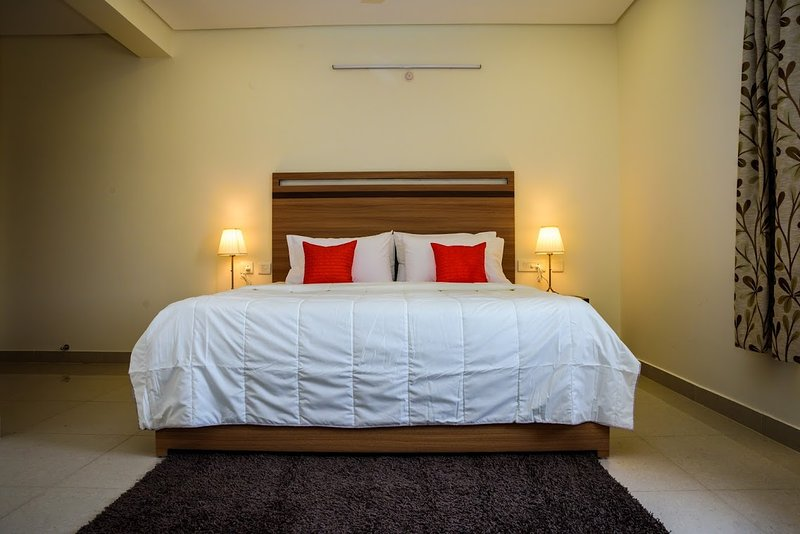 Two Bedroom Serviced Apartment With Fully Equipped Kitchen - Cloud9Homes, holiday rental in Secunderabad