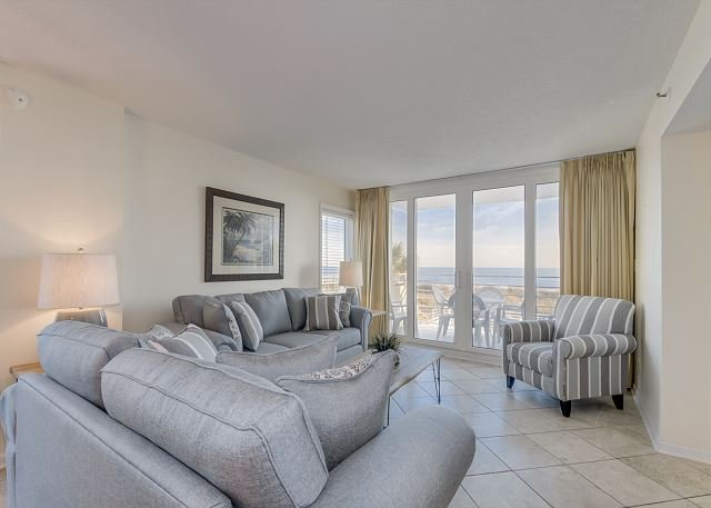 Spacious oceanfront condo in mid-rise building + FREE DAILY ACTIVITIES, casa vacanza a North Myrtle Beach