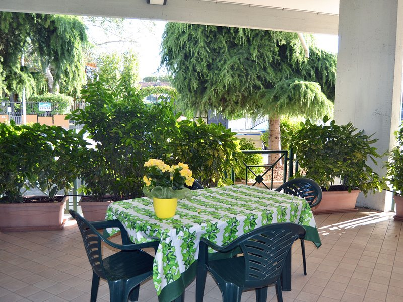 Ampio appartamento nuovo con patio vicino al mare, aluguéis de temporada em Lido delle Nazioni