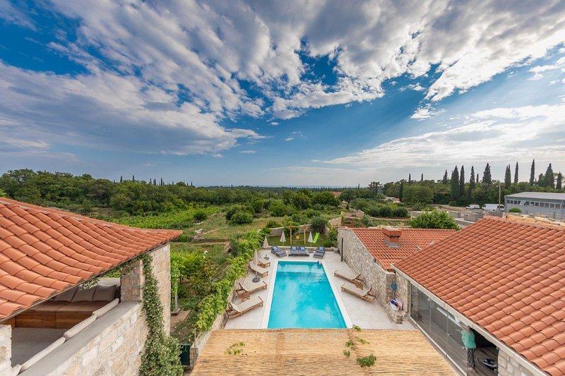 Villa Amy - Stone villa with pool and Jacuzzi near Dubrovnik, location de vacances à Mocici