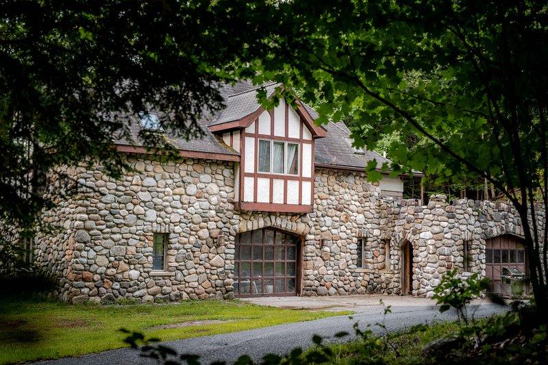 The Castle Gatehouse... at Highlands Castle!, location de vacances à Bolton Landing