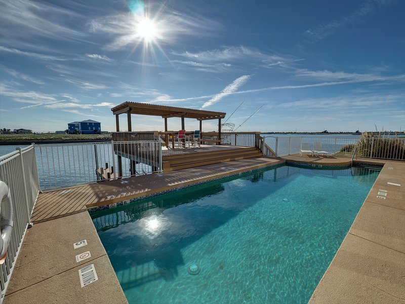 Sunset Harbor North Padre Island 2 Bedroom 2.5 Bath 2 Living Rooms Canal Pool, holiday rental in Corpus Christi