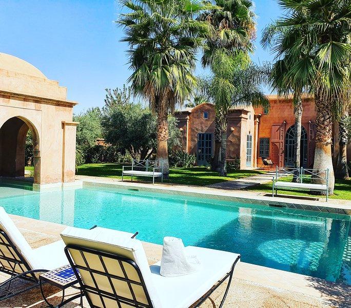 Villa avec service Hôtelier: Piscine et Jardin privés, zéro vis à vis, holiday rental in Marrakech