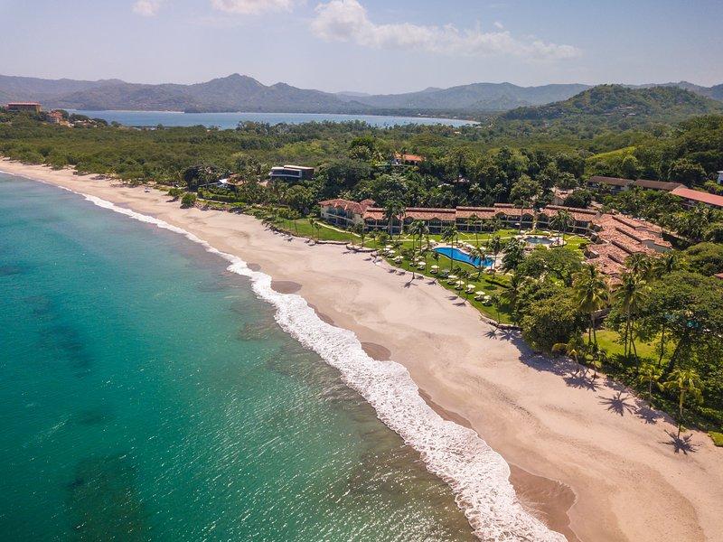 Lux beachfront at The Palms Playa Flamingo—resort-style w/ beach equipment!, vacation rental in Playa Flamingo