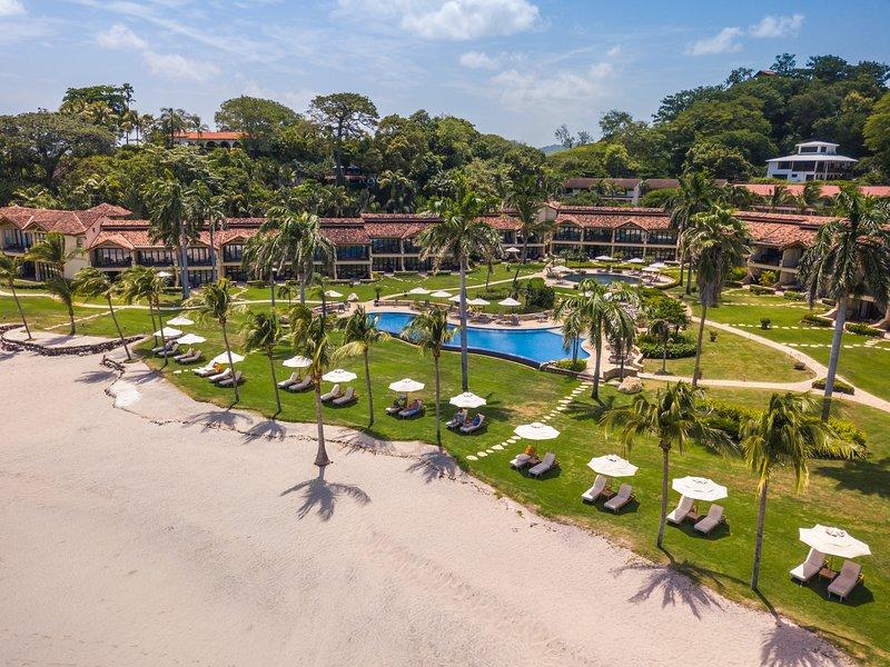 Lux beachfront at The Palms Playa Flamingo—resort-style w/ beach equipment!, casa vacanza a Playa Flamingo