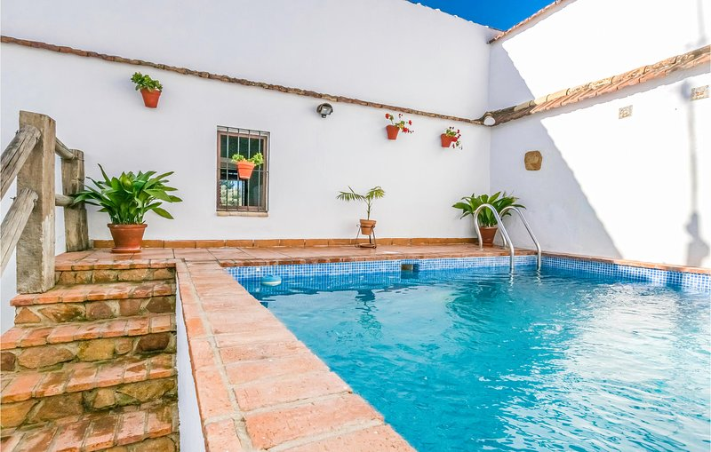 Beautiful home in Hornachuelos with Outdoor swimming pool, WiFi and 3 Bedrooms (, casa vacanza a Rivero de Posadas