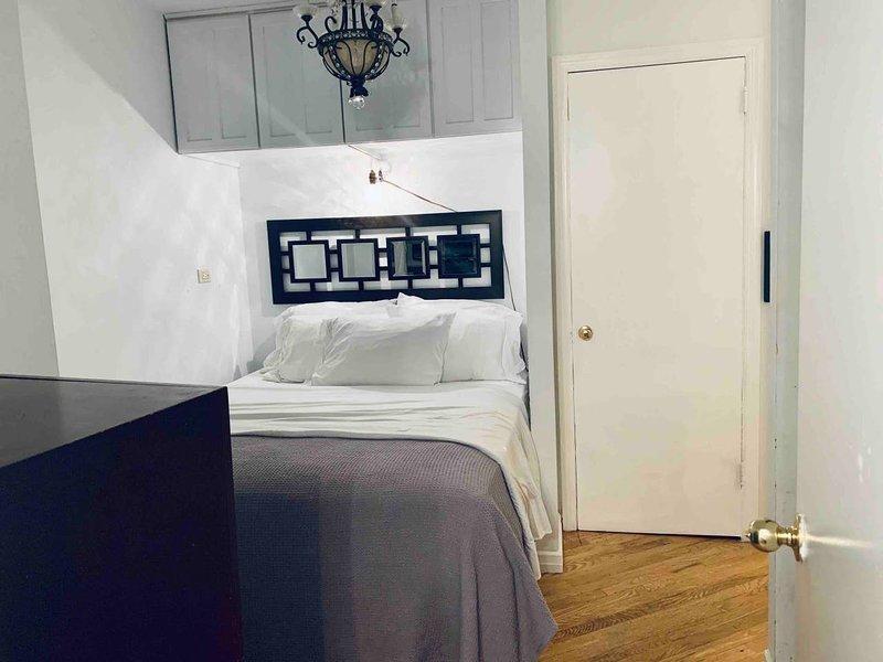 Ihr Schlafzimmer mit einem Queensize-Bett - Blick von der Badezimmertür.