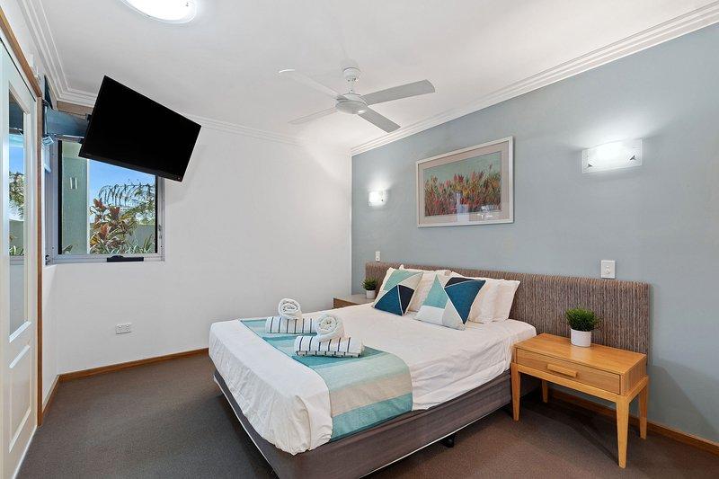 Dos amplias habitaciones incluyen una cama de alta calidad, una selección de almohadas, sábanas lujosas y grandes armarios.