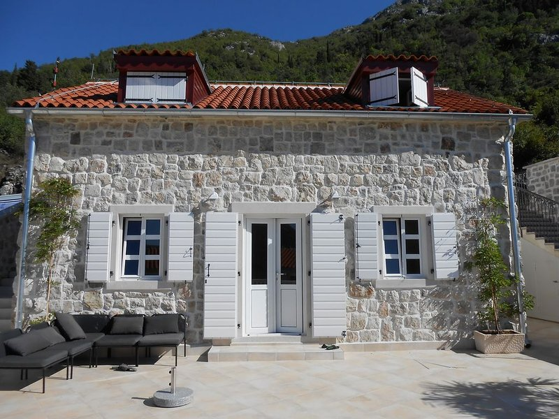 Lemon Tree - Traditional Style Stone House, With Sea And Mountain Views, casa vacanza a Comune di Cattaro