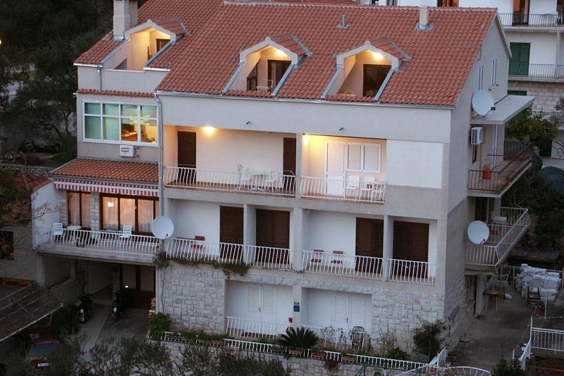 Tucepi Apartment Sleeps 6 with Air Con - 5461100, holiday rental in Tucepi