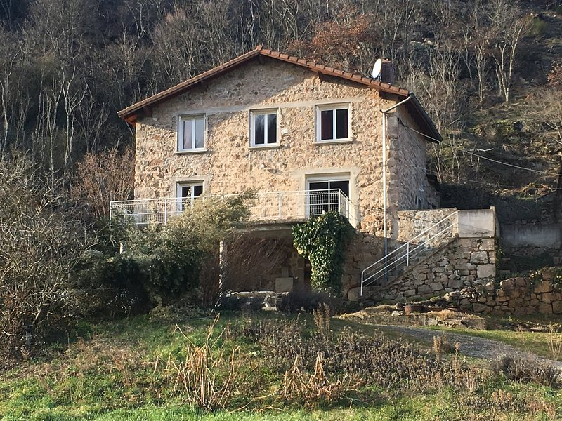 Amazing house with mountain view, location de vacances à Satillieu