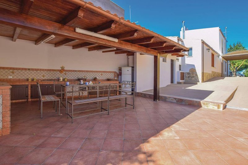 Spacious villa with shared pool, location de vacances à Santa Ninfa