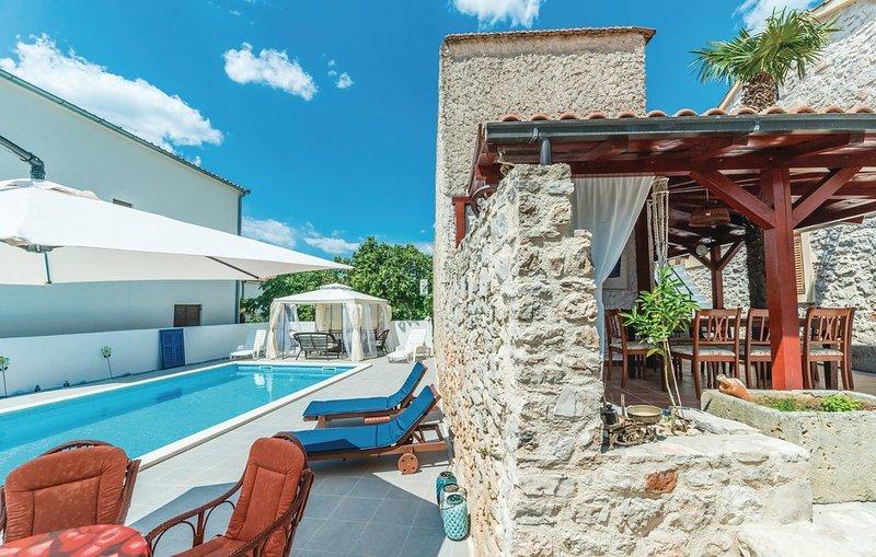Spacious villa with swimming-pool, alquiler de vacaciones en Jezera