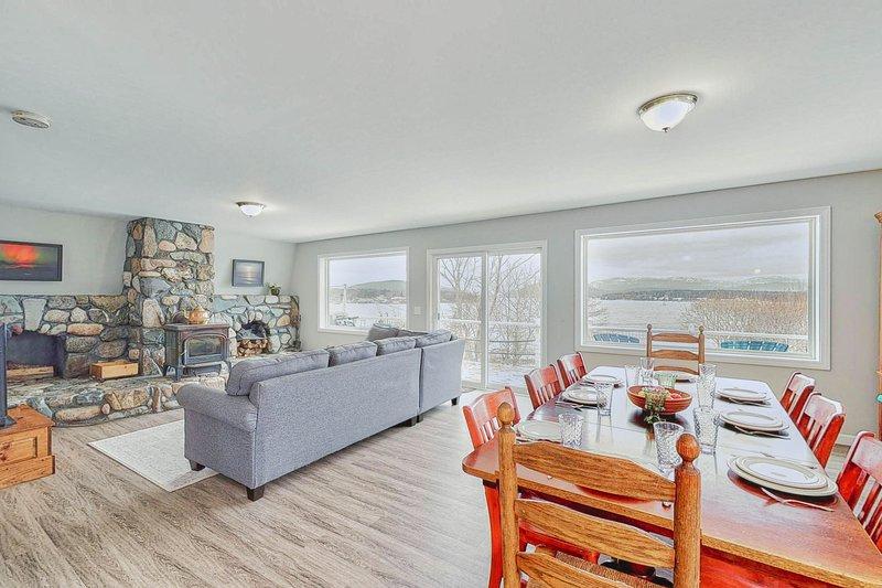 Waterfront cottage & suite w/ large deck & amazing harbor views!, alquiler de vacaciones en Seal Harbor