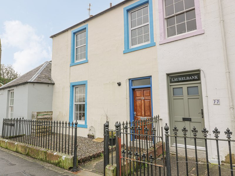 79 LAUREL BANK, mid-terrace, pet-friendly, WiFi, town location, in Gatehouse of, holiday rental in Gatehouse of Fleet