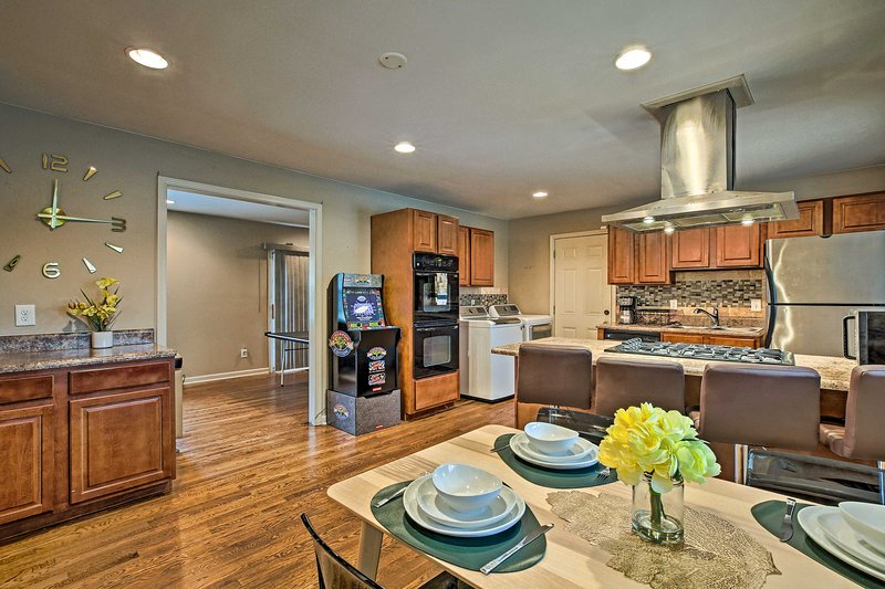 NEW! Urban Oasis w/Game Room, 6 Mi to Downtown ATL, holiday rental in Mableton