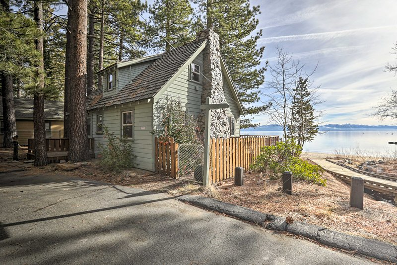NEW! Lakefront Living w/On-Site Beach: 8 Mi to Ski, alquiler vacacional en Tahoe Vista