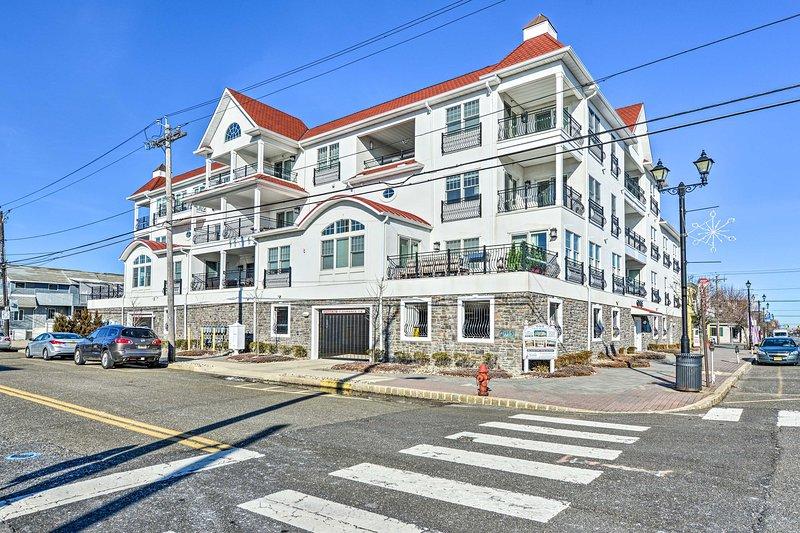 Situato in posizione centrale, questo condominio di Jersey si trova a un isolato dalla spiaggia!