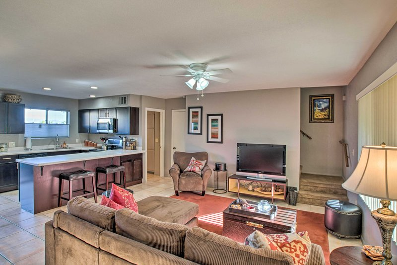 NEW! Condo w/ Balcony & BBQ: 1 Mi to Fountain Park, alquiler de vacaciones en Fountain Hills
