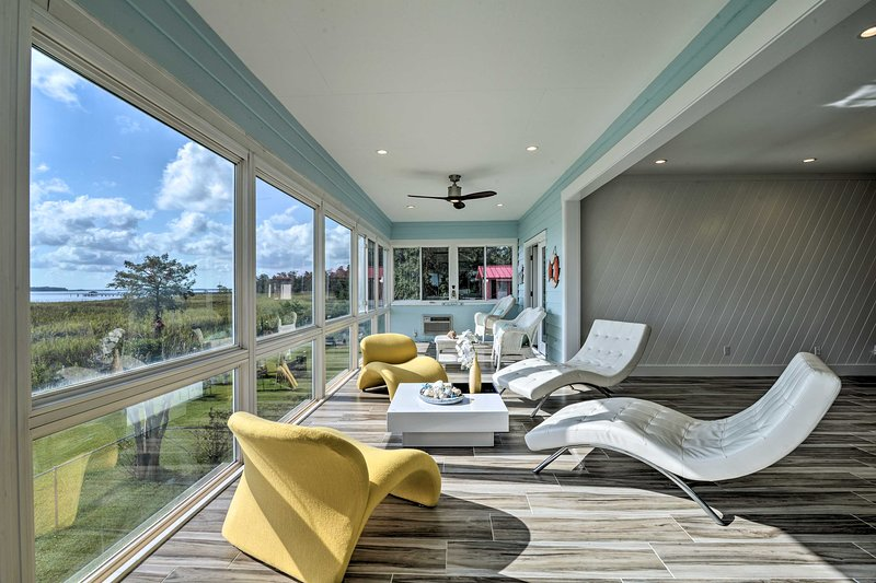 NEW! Luxurious Waterfront Retreat w/ Private Pier!, holiday rental in Georgetown
