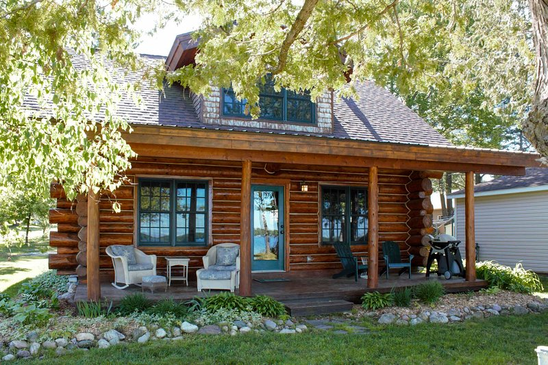NEW! Quaint Lakefront Log Cabin w/ Dock & Kayaks, aluguéis de temporada em Kalkaska County