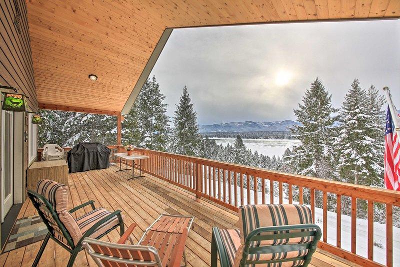 NEW! 'Three Bears Lodge' w/Mtn View on Waterfront!, alquiler de vacaciones en Trout Creek