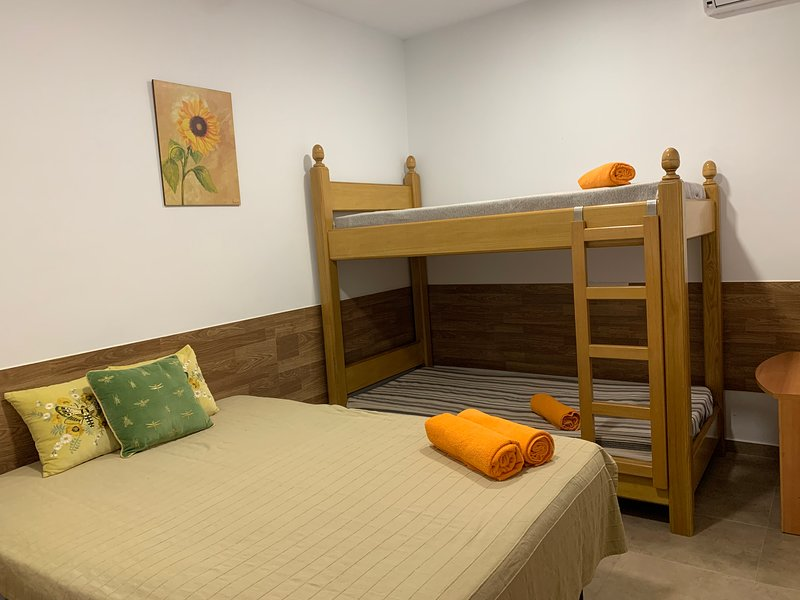 Cozy room close to BCN El Prat Airport, vacation rental in Cornella de Llobregat