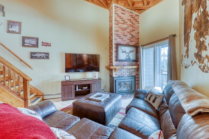 Top-floor condo w/fireplace, balcony, & loft w/ pool/hot tub/gym/game room!, location de vacances à Silverthorne