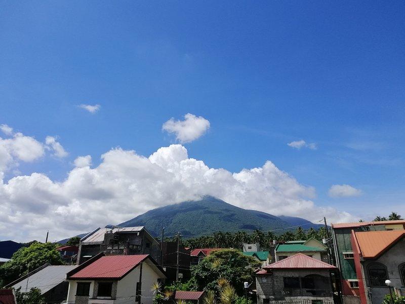 Vista del Monte Banahaw dalla terrazza sul tetto.