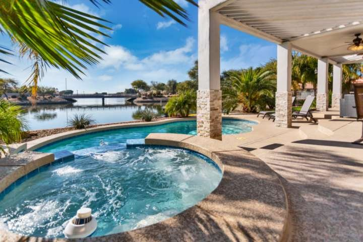 WOW! Waterfront home w/ Kayaks & Paddle boat, Private Heated Pool, Spa–NO Extra, holiday rental in Glendale