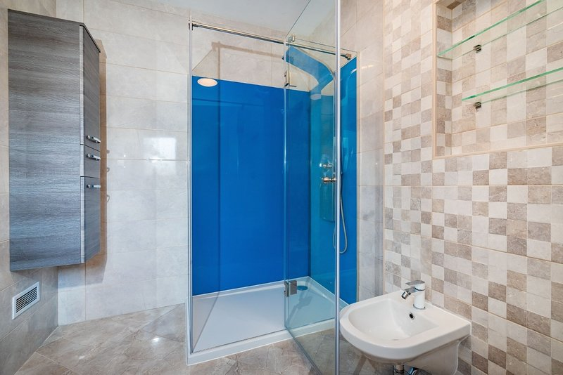 H(5+1): bathroom with toilet