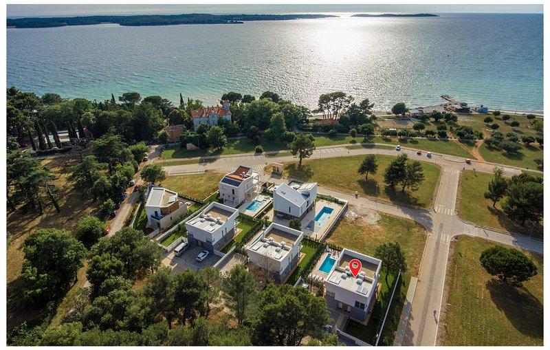 Beautiful home in Fazana with Outdoor swimming pool, Sauna and 4 Bedrooms (CIF82, aluguéis de temporada em Valbandon