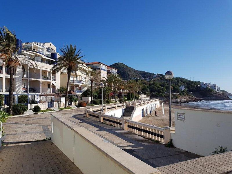Planta baja frente al mar, en complejo con piscina y zonas comunes, holiday rental in Garraf
