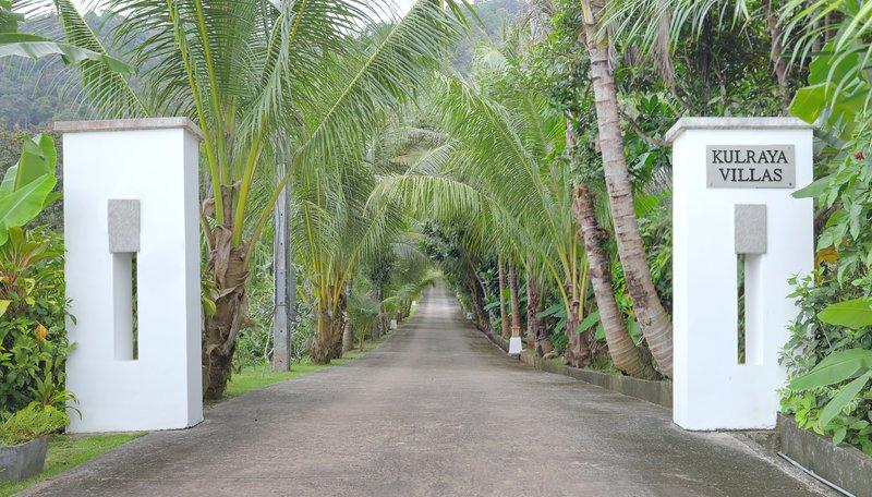 Entrée avec chemin privé vers les villas
