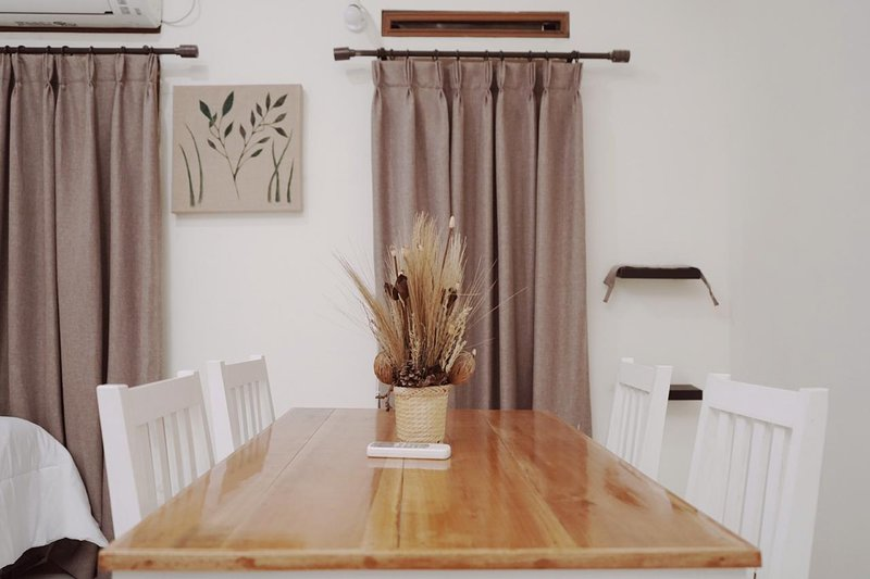O quarto da família tem sua própria mesa de jantar privada.