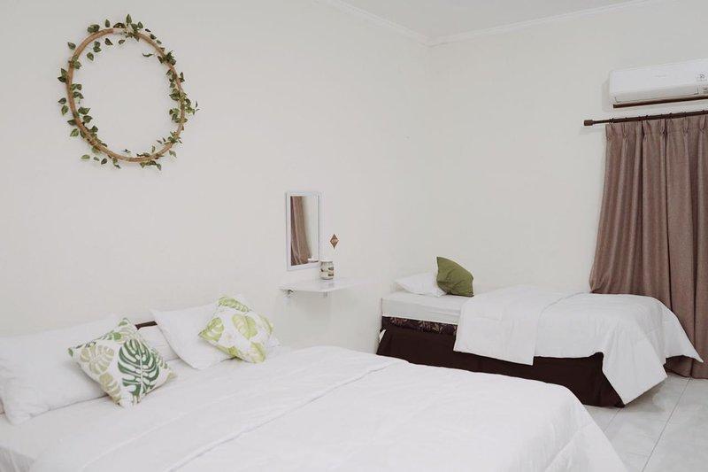 Este quarto para quatro pessoas tem três camas, uma king e duas gêmeas (uma puxa para fora da outra).