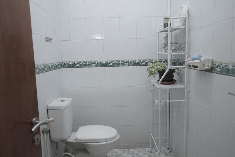 Uma casa de banho partilhada completa