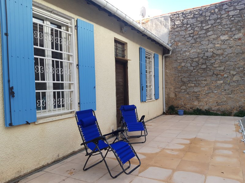 4 bedroom house in mediterranean town centre with sunny garden and private pool, holiday rental in Bages