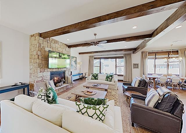 Expansive Reserve at Lake Travis Home with Lazy River Pool, alquiler de vacaciones en Point Venture