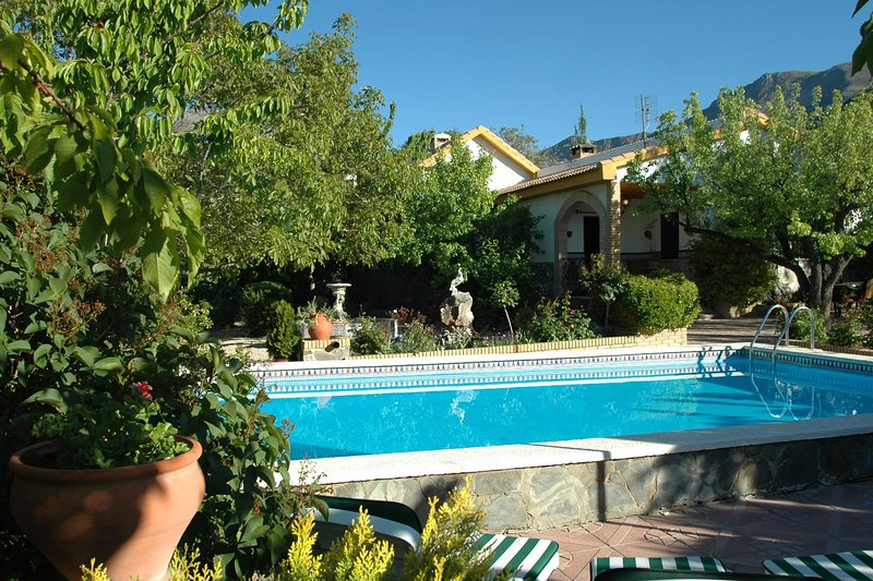 A delightful property surrounded by a cherry orchard., vacation rental in Cambil