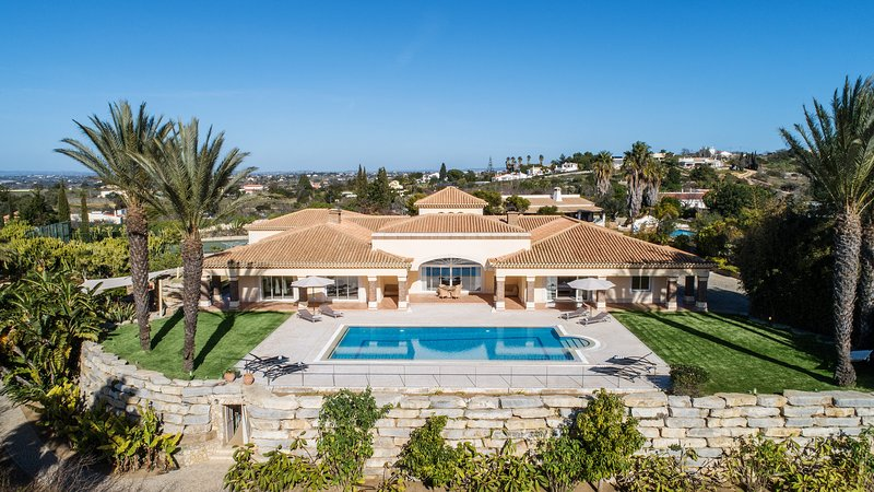 Villa Eden, luxury villa with sea view and private tennis court, holiday rental in Albufeira
