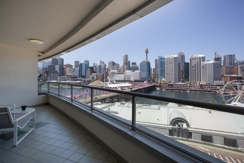 Darling Harbour Apartment with Parking, Views Pool, holiday rental in Sydney