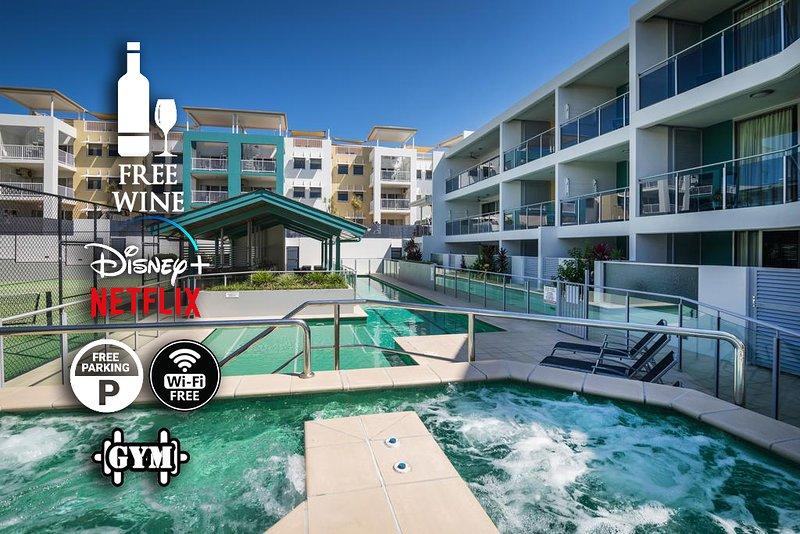 Tres piscinas, incluida una piscina de entrenamiento de 25 m, y su elección de tres spas / jacuzzis. Serás recibido con vino de cortesía, estacionamiento gratuito y wifi. También se incluyen Netflix y Disney +