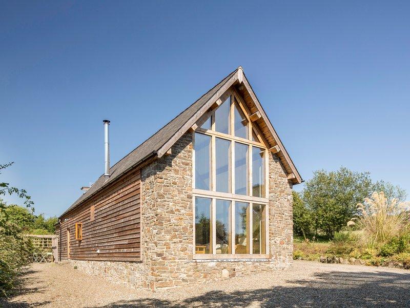 TY CAMLAD, feature beams and floor to ceiling windows, woodburning stove, alquiler de vacaciones en Chirbury