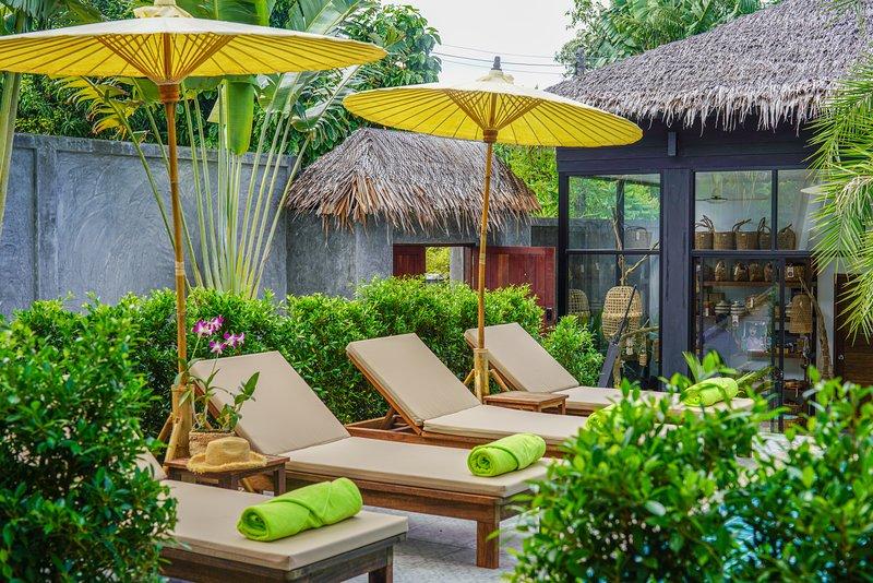 Lounge / tumbonas en la piscina